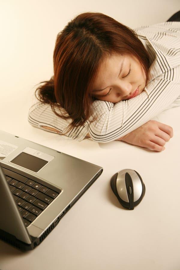 den asiatiska flickan ta sig en tupplur att ta arkivbild
