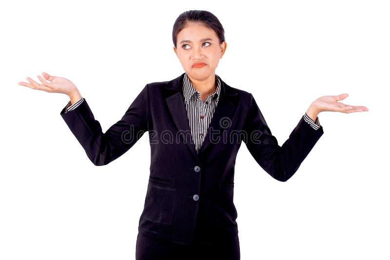 Den asiatiska härliga affärskvinnan är att agera av att borra, vid ryckt på axlarna på vit bakgrund arkivbilder