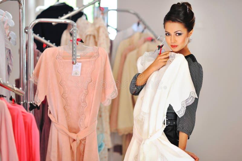 den asiatiska härliga caucasian väljande multiracial röda detaljhandelsrean för klädklänningflicka shoppar kvinnan för shopparesh arkivbilder
