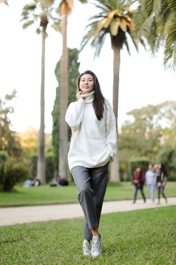 Den asiatiska härliga flickan som går i tropiskt, parkerar royaltyfria foton