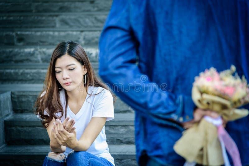 Den asiatiska härliga kvinnan har seende och väntande på ord av ledset royaltyfria foton