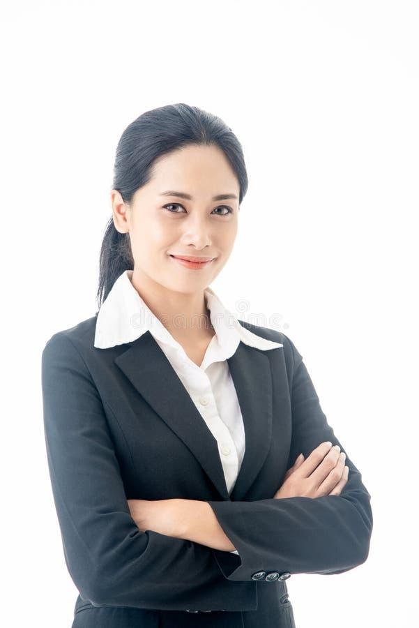 Den asiatiska härliga smarta och unga affärskvinnan med svart långt hår och dräkten är ledaren eller chefen som ler med förtroend royaltyfri bild