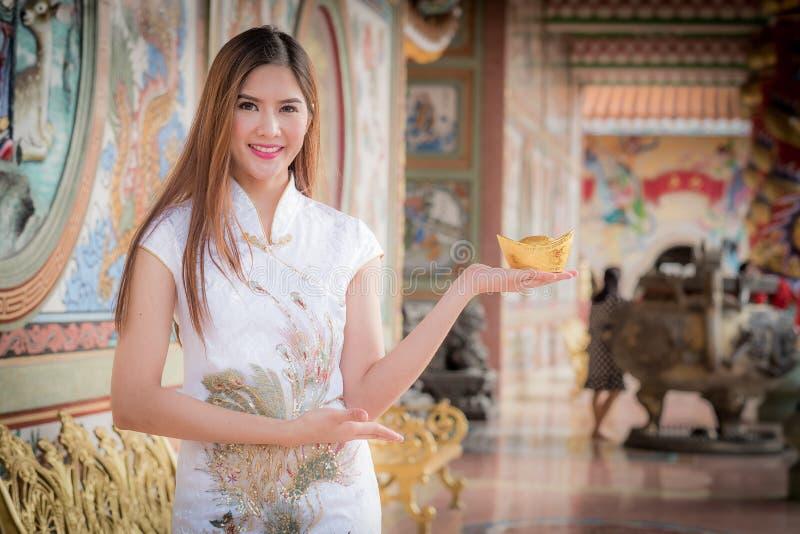 Den asiatiska kinesiska kvinnan i hållkines måndag för traditionell kines arkivfoto