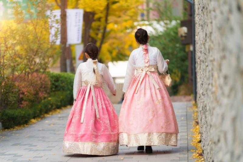 Den asiatiska koreanska kvinnan klädde Hanbok i traditionell klänning som går I royaltyfria bilder