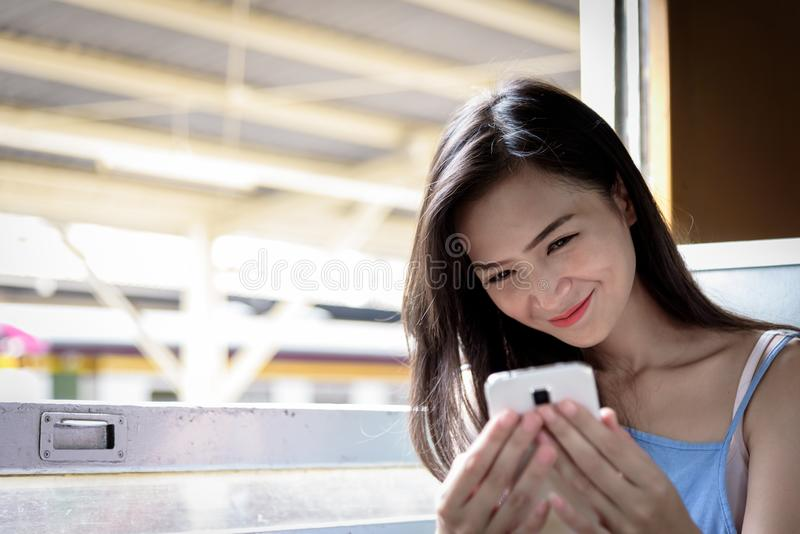 Den asiatiska kvinnahandelsresanden har selfie med telefonen inom drevet på H royaltyfria bilder
