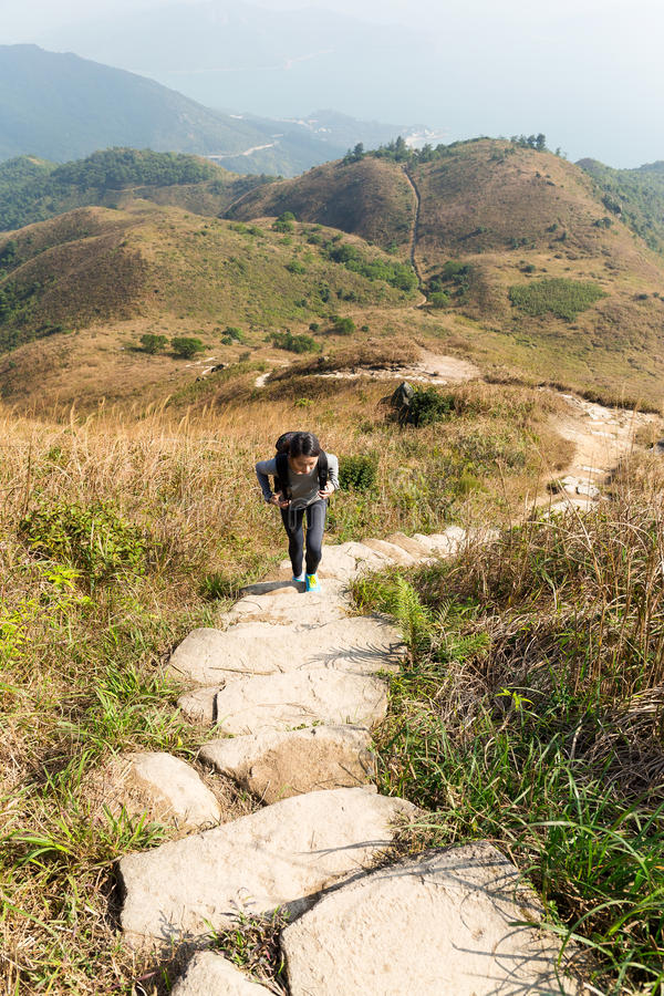 Den asiatiska kvinnan går för att fotvandra fotografering för bildbyråer