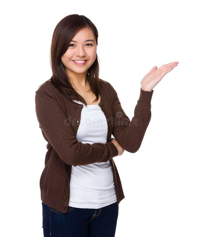 Den asiatiska kvinnan med den öppna handen gömma i handflatan arkivfoton