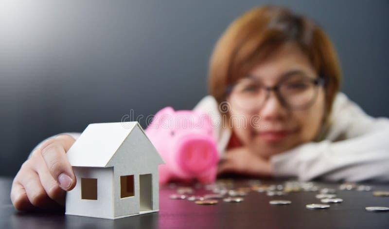 Den asiatiska kvinnan ser för att inhysa modellen arkivfoto