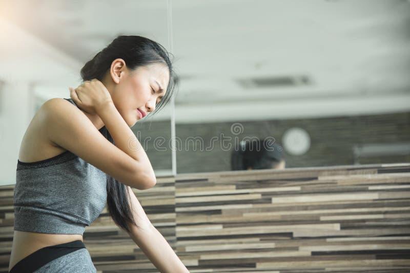 Den asiatiska kvinnan som har halsen, smärtar efter genomkörare fotografering för bildbyråer