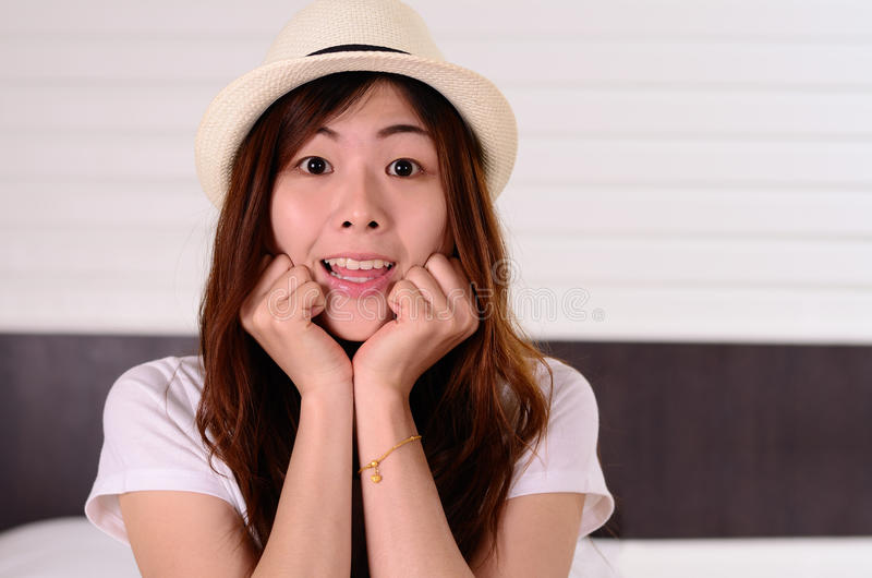 Den asiatiska kvinnatonåringen har en förvånad framsidasinnesrörelse arkivfoto