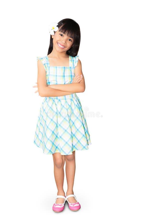 Den asiatiska liten flicka med vitfrangipaniblomman i henne gå i ax royaltyfri foto