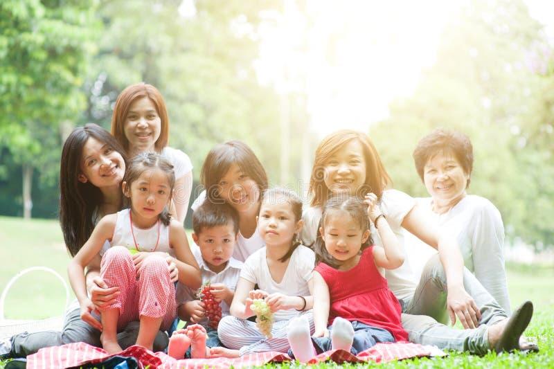 Den asiatiska mång- utvecklingsfamiljen på utomhus- parkerar royaltyfri bild