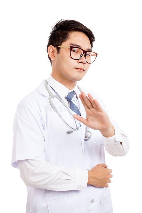 Den asiatiska manliga doktorn sade samtal till min hand royaltyfria foton