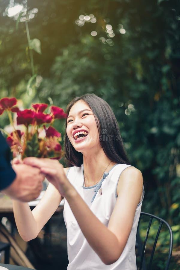 Den asiatiska mannen och kvinnliga par symboliserar handen med hjärta-sh arkivfoto