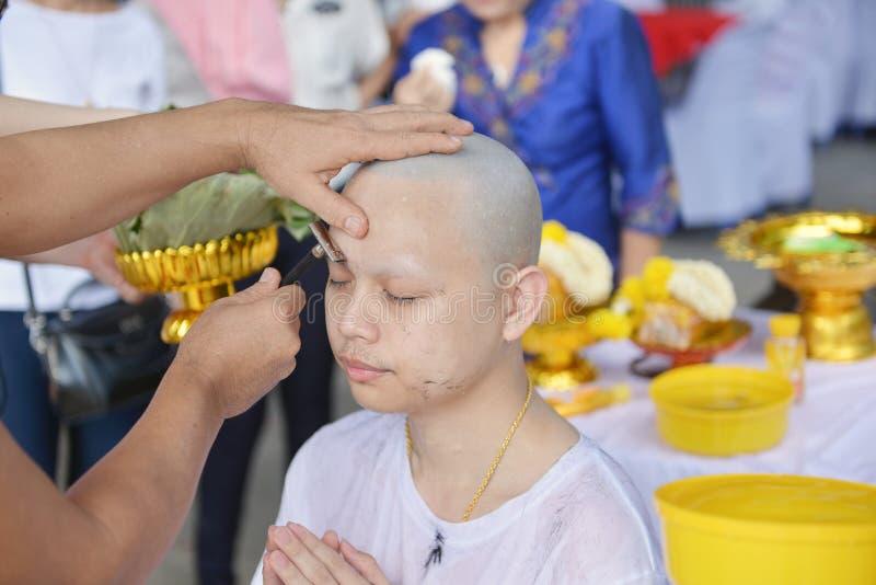 Den asiatiska mannen, som var munken som rakar hår för, förordnas till nytt M royaltyfria foton