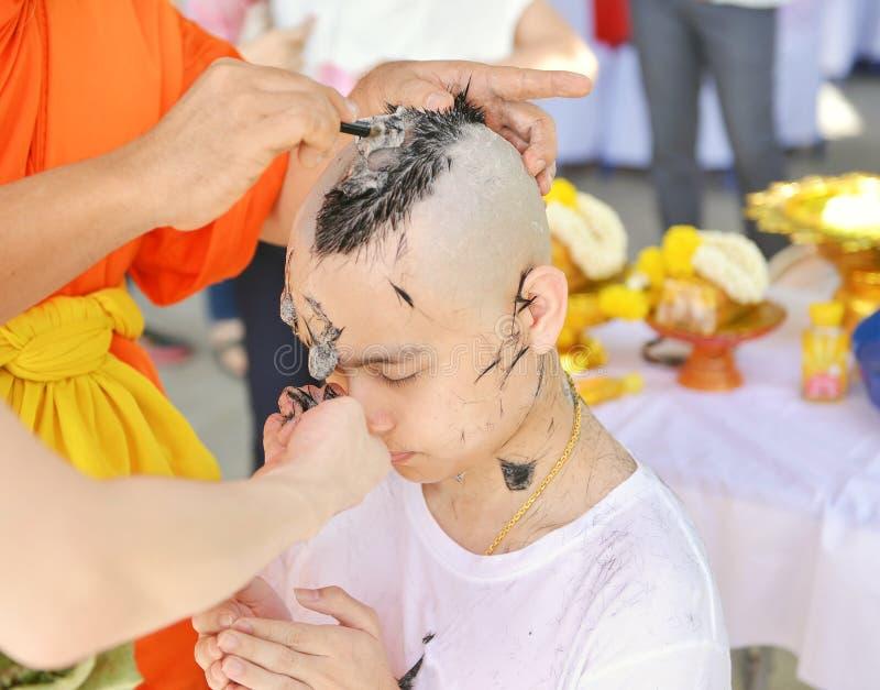Den asiatiska mannen, som var munken som rakar hår för, förordnas till nytt M royaltyfri foto