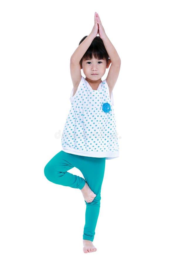 Den asiatiska nätta flickan gör yogaövningar Isolerat på vitbac arkivbild