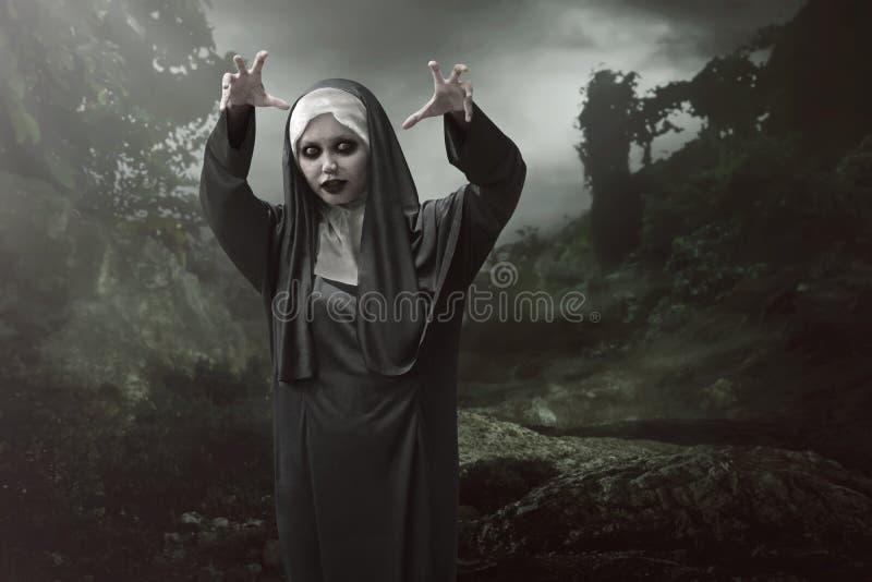 Den asiatiska nunnakvinnan är ansedd att ha av ondo magisk överhet arkivfoton