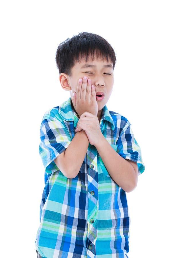 Den asiatiska stiliga pojken har tandvärk Isolerat på vitbackgr royaltyfria foton