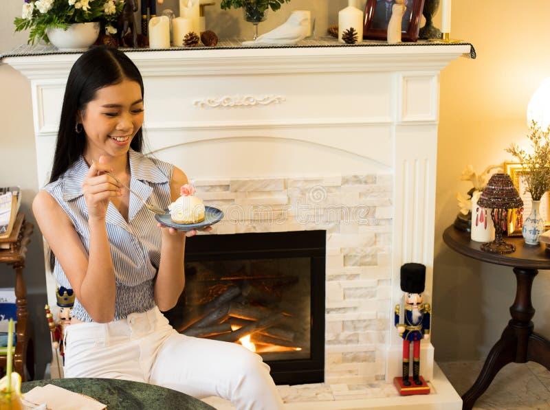 Den asiatiska systern tar fotosmak den läckra söta kakan royaltyfria bilder