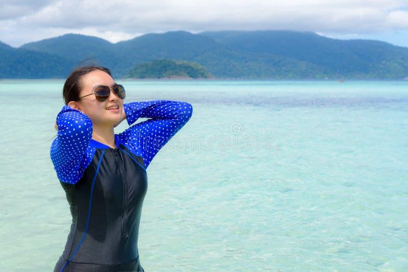 Den asiatiska ton?riga flickan ska koppla av i havet under lopp till Ko Lipe, Thailand arkivbilder
