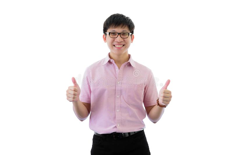Den asiatiska unga aff?rsmannen har anseende med tummar upp p? isolerat p? wihtebakgrund royaltyfri bild