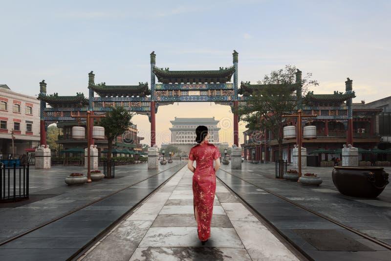Den asiatiska unga kvinnan i gammal traditionell kines klär i den Hutong byn i Peking, Kina royaltyfri fotografi