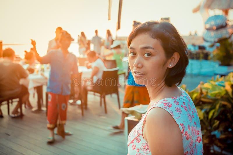 Den asiatiska unga kvinnan tycker om den tropiska semesterorten arkivbilder