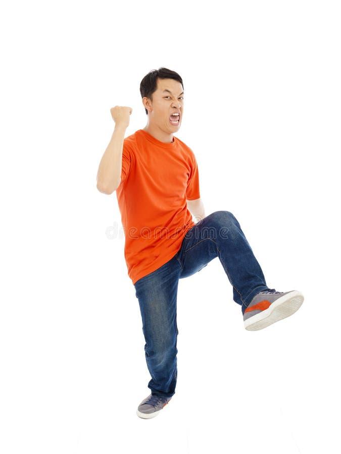 Den asiatiska unga mannen dansar lyckligt royaltyfria bilder