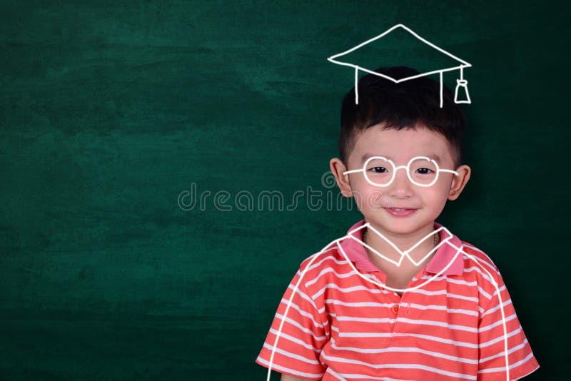 Den asiatiska ungen föreställer hans graderade dag med handen dragen doktorand- dre arkivbilder