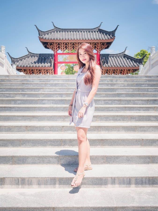 Den Asien flickan i tempel royaltyfri fotografi
