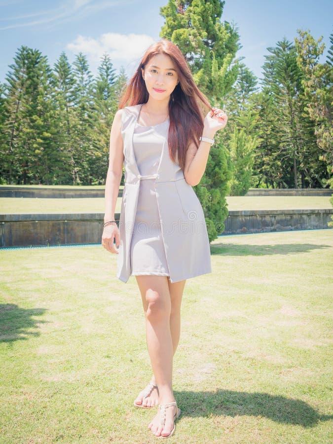 Den Asien flickan i trädgård royaltyfria bilder