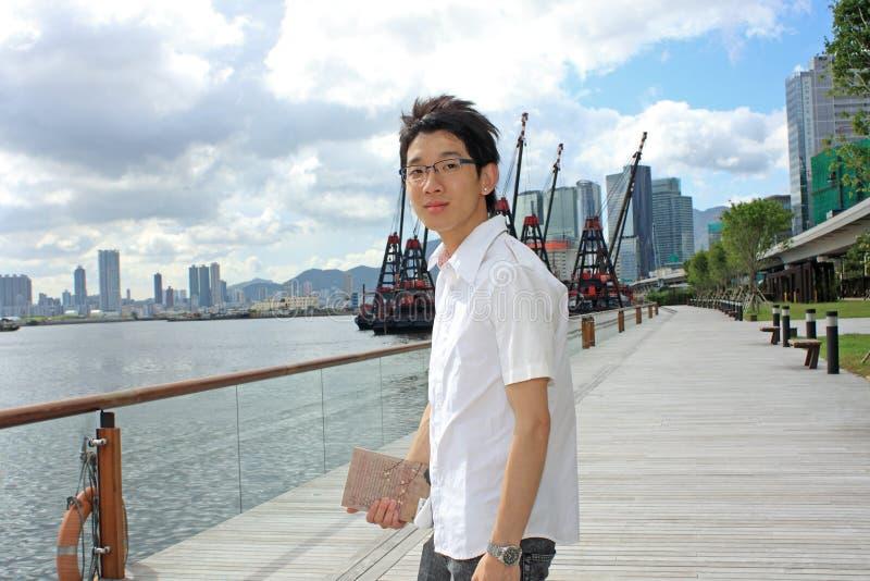 Den Asien mannen kopplar av i parken royaltyfria bilder