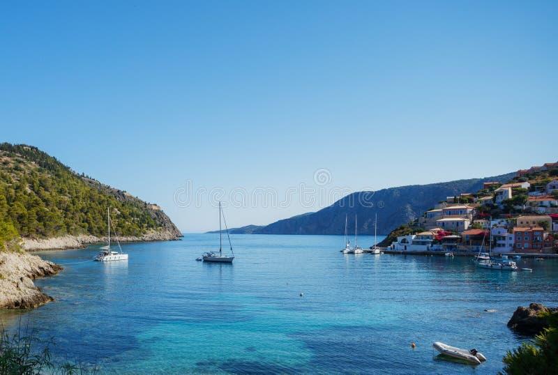 Den Assos byn och det härliga havet skäller, den Kefalonia ön, Grekland arkivbilder