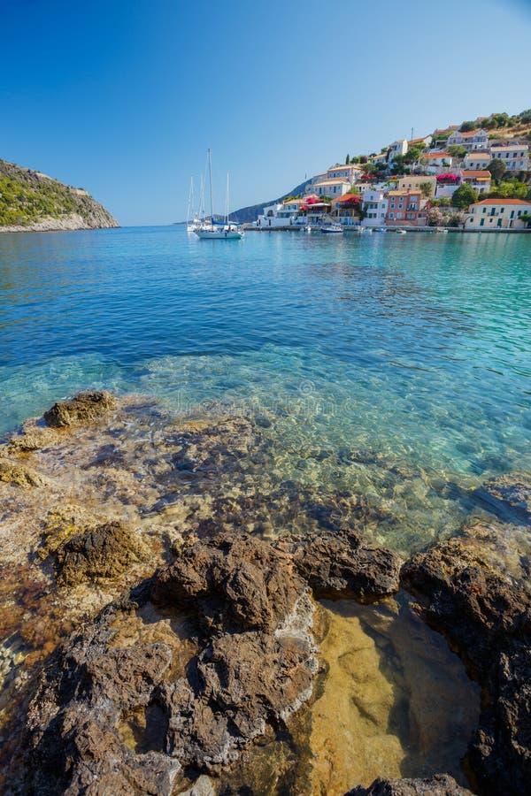 Den Assos byn och det härliga havet skäller, den Kefalonia ön, Grekland arkivfoto