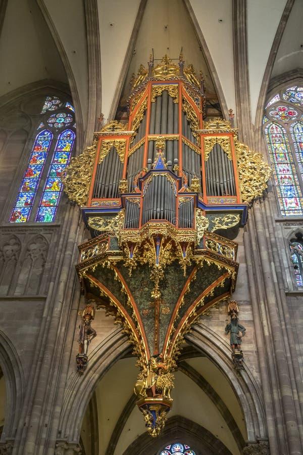 Den astronomiska klockan av Cathedrale Notre-Dame royaltyfri fotografi