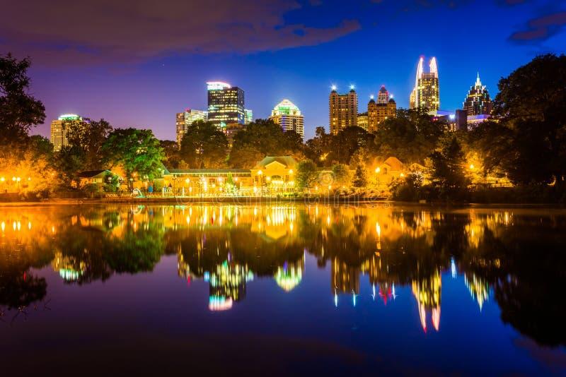 Den Atlanta horisonten som reflekterar i sjön Clara Meer i Piedmont PA royaltyfri fotografi