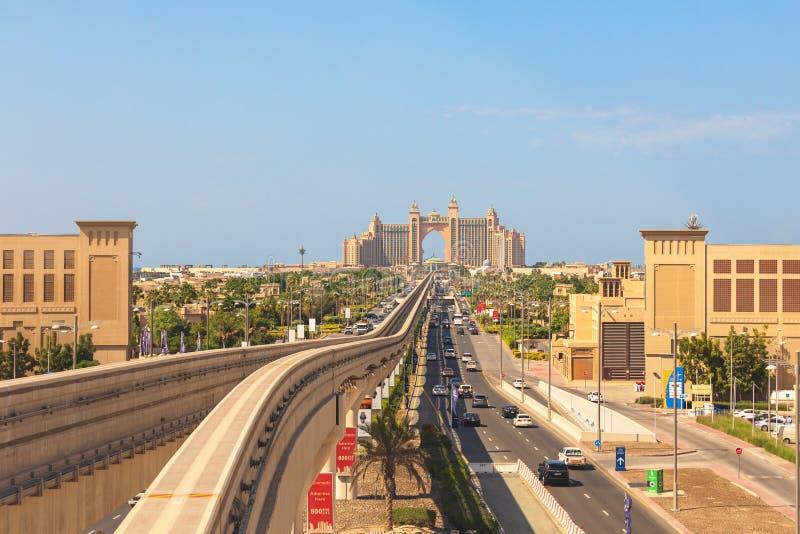 Den Atlantis hotellsikten från enskenig järnvägdrevet på den konstgjorda ön gömma i handflatan Jumeirah i Dubai royaltyfria foton