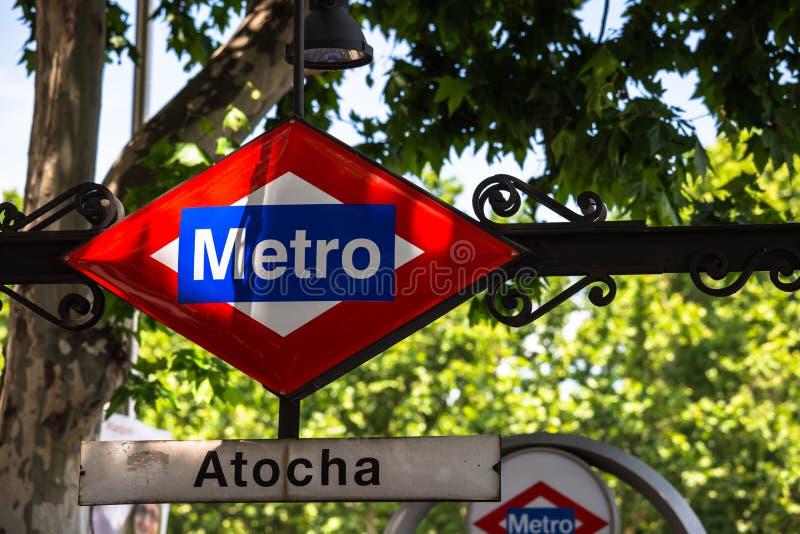 Den Atocha tunnelbanastationen undertecknar in Madrid Spanien royaltyfria foton