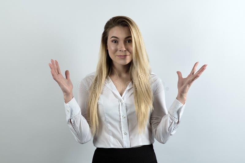 Den attraktiva affärsdamen kastar händer i en angenäm häpnad arkivfoto