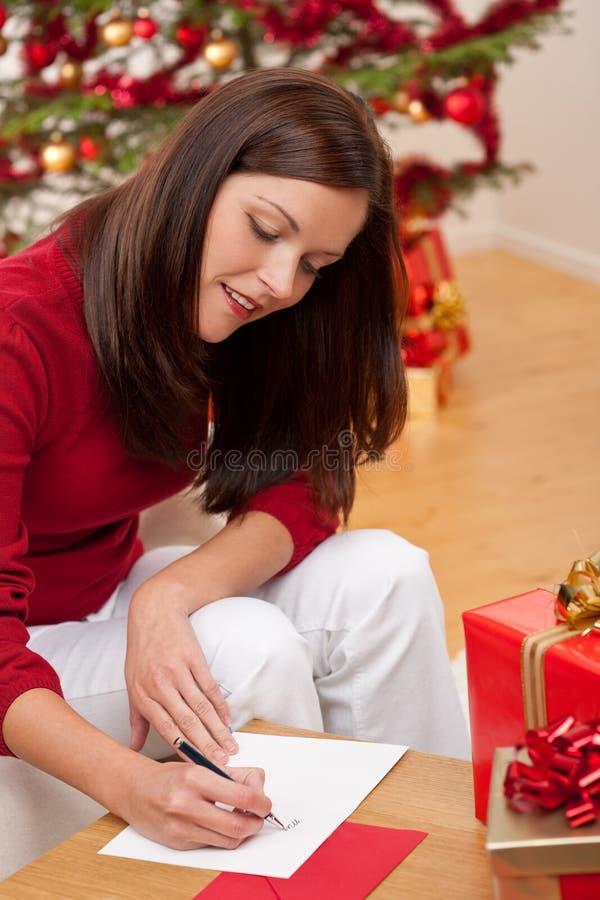 den attraktiva brunetten cards att skriva för jul fotografering för bildbyråer