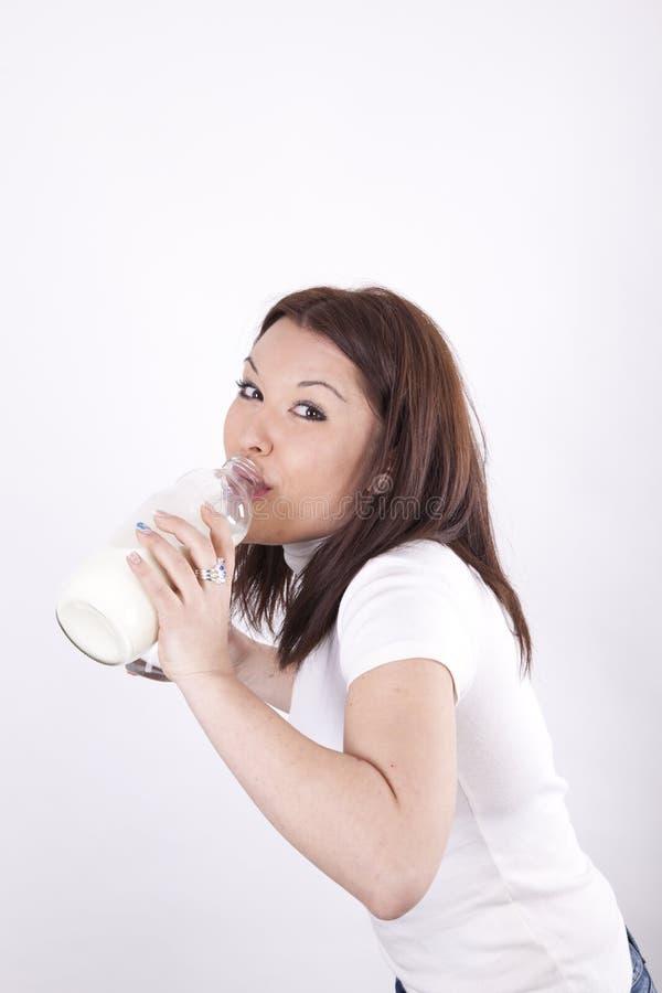 den attraktiva dricka flickan mjölkar barn arkivbild