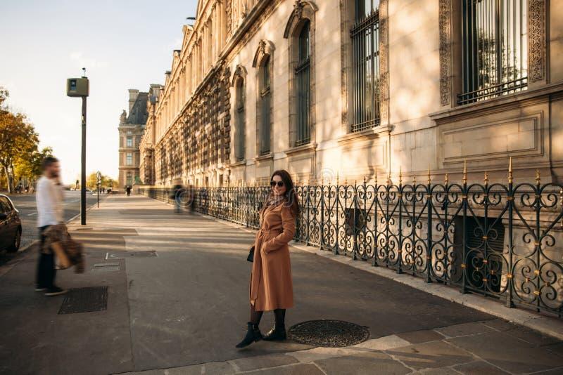 Den attraktiva flickan går i stad Härlig gata bak modellen royaltyfri fotografi