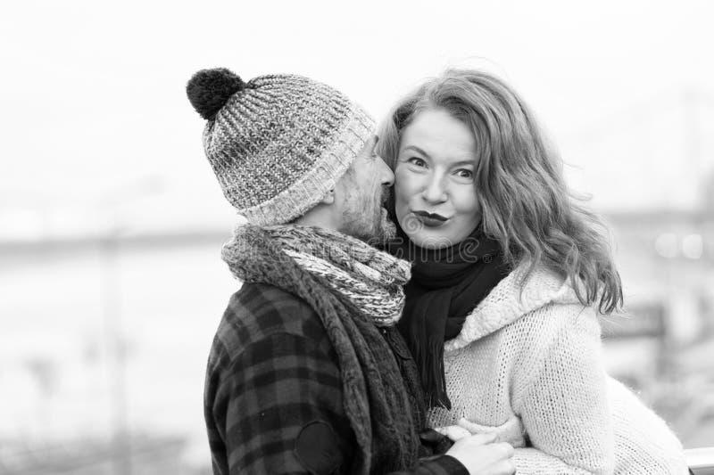 Den attraktiva flickan lyssnar till grabben Lycklig kvinna från den manliga berättelsen En man viskar till en kvinna Closeup av p royaltyfria foton