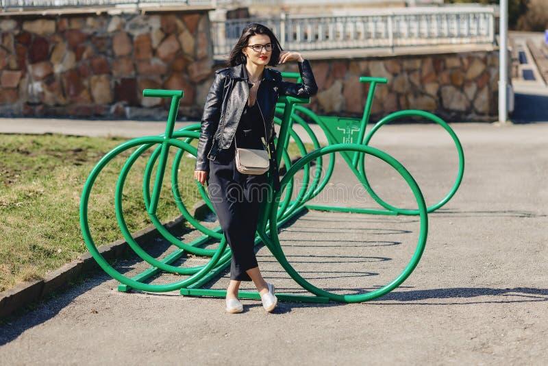 den attraktiva flickan på soligt parkerar nära cirkuleringsparkering arkivfoto