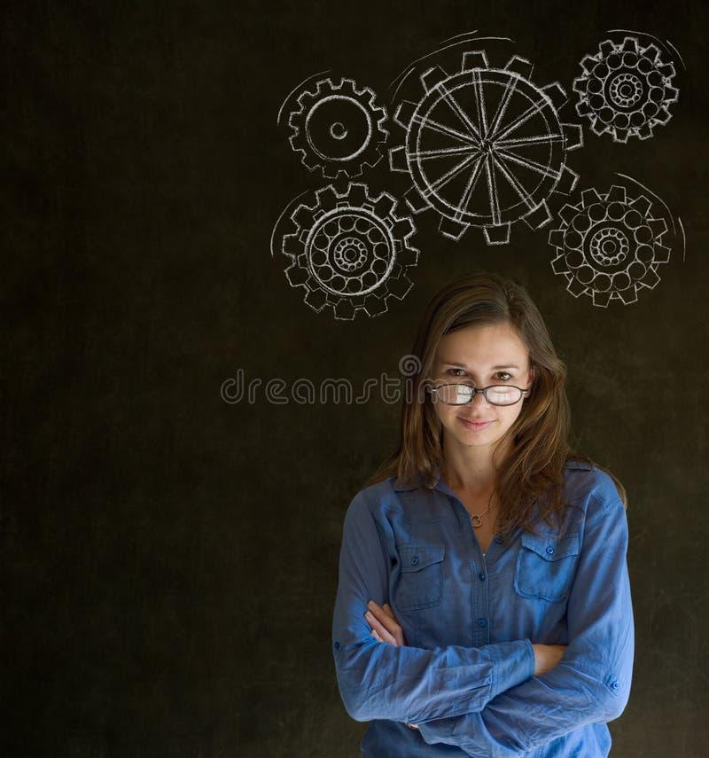 Kvinnan som är tänkande med roterande, utrustar kuggar eller utrustar fotografering för bildbyråer