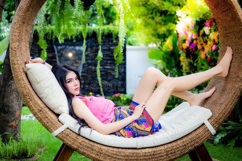 Den attraktiva härliga kvinnan ligger ner på en säng Charmig friare royaltyfria bilder