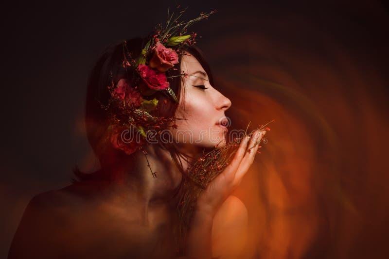 Den attraktiva häxan inhalerar lukten royaltyfri fotografi