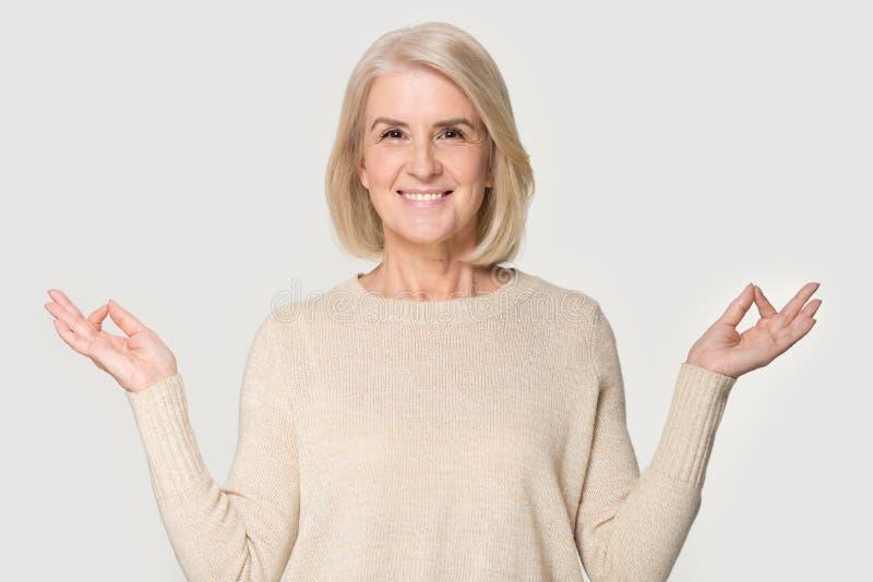 Den attraktiva höga kvinnan gör skottet för huvudet för yogaövningsstudion royaltyfri foto