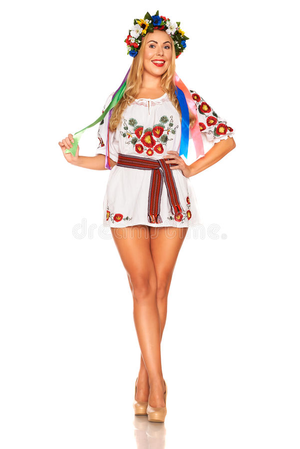 Den attraktiva kvinnan bär den isolerade ukrainska nationella klänningen royaltyfri bild